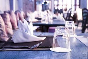 tomma glas på bordet i restaurangen foto