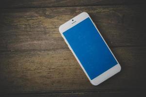 smartphone på ett träbord