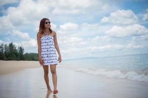 ung vacker glad kvinna njuter av stranden