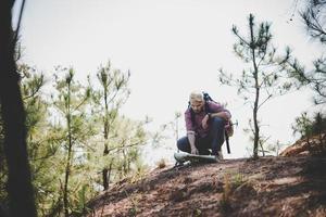 vandrare med karta och stor resande ryggsäck som reser till berget foto