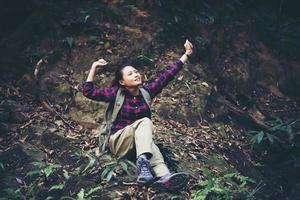 kvinna vandrare i skogen tar en vila foto