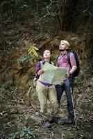 unga turistpar som reser på semester i skogen foto