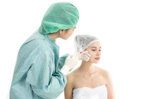 vacker ung kvinna som får botoxinjektion foto