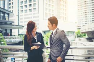 affärskollegor som står framför kontoret