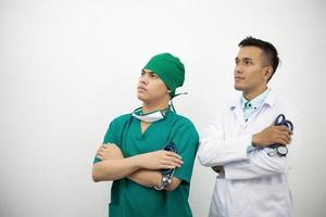 självsäker man- och teamläkare på medicinsk kontor.