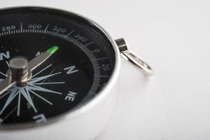 kompass isolerad på vit bakgrund foto