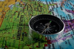 kompass med en kartbakgrund foto