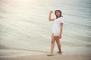 ung vacker kvinna som kopplar av på stranden foto