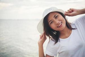 ung vacker kvinna som kopplar av på stranden