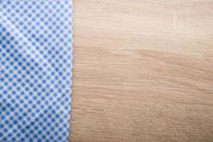 rutig blå servett på en träbakgrund foto