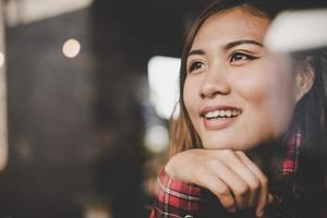 glad kvinna som kopplar av på ett kafé foto