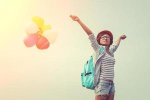 tonårsflicka som håller färgglada ballonger