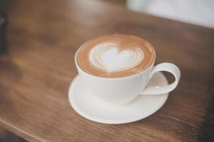 hett lattekaffe med hjärtform foto