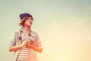 ung kvinnafotograf som använder en kamera foto