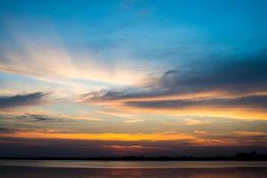 vackert naturlandskap med solnedgång över havet foto