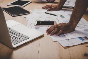 närbild av affärsmanhanden som arbetar med affärsstrategidiagrammet