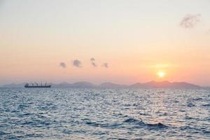 stort lastfartyg vid soluppgång
