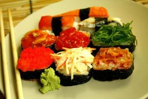 tallrik med sushi