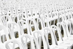 rader av vita stolar