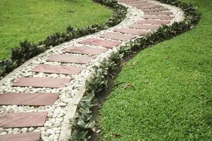sten gångväg i trädgården foto