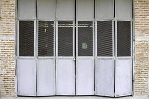 rustika grå dörrar