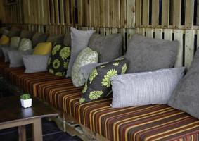 piller på utomhus soffa foto