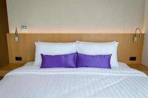 lila kuddar på sängen