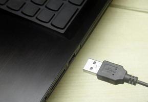 USB-kabel ansluts till bärbar dator foto