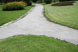 betong gångväg i trädgården