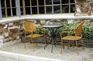 två stolar och ett bord foto