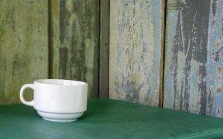 kaffekopp på grönt bord foto