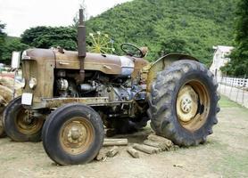 gammal brun traktor foto