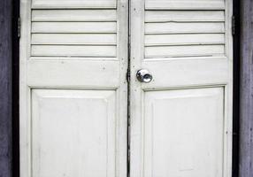 vit garderobsdörr foto