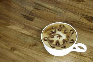 lattekaffe på bordet foto