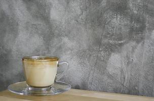 lattekaffe på ett träbord foto