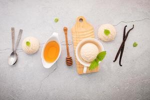 vaniljglass med skedar och dekorationer foto