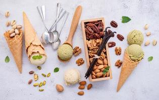 pistasch och vaniljglass med blandade nötter foto