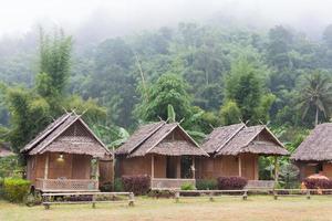 hyddor vid skogen i Thailand foto