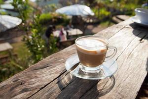 kaffe på träterrassen foto