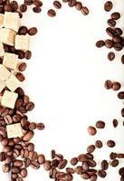 socker och kaffe på vit bakgrund