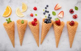 olika frukter i kottar foto