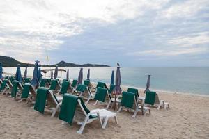 stolar på stranden i Thailand foto