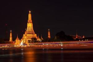 wat arun i bangkok på kvällen foto
