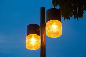 gatubelysning på natten foto