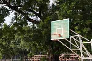 basket hoop i parken foto