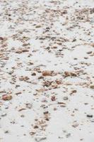 små stenar på sanden foto