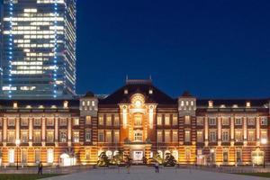 tokyo tågstation i skymning foto