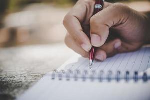 manhandstil i sin anteckningsbok foto