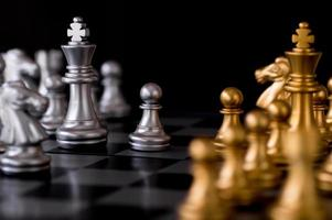 schackuppsättning i silver och guld foto