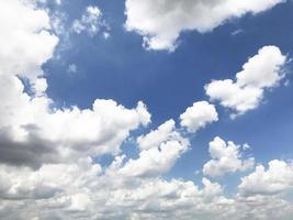 fluffiga vita moln